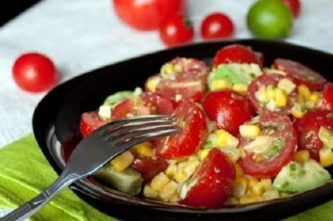 кукуруза с помидорами